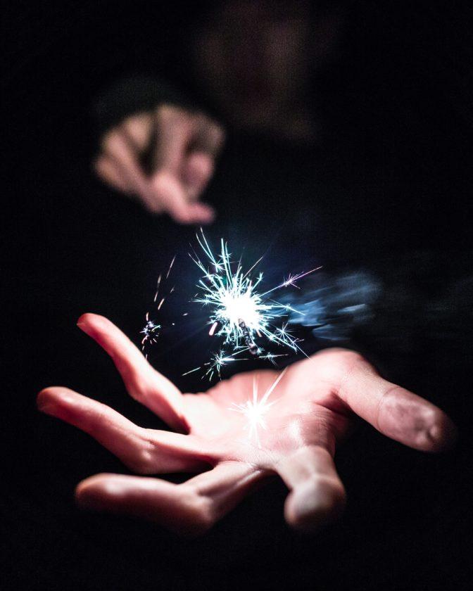 Main avec baguette magique dans le magicien des peurs