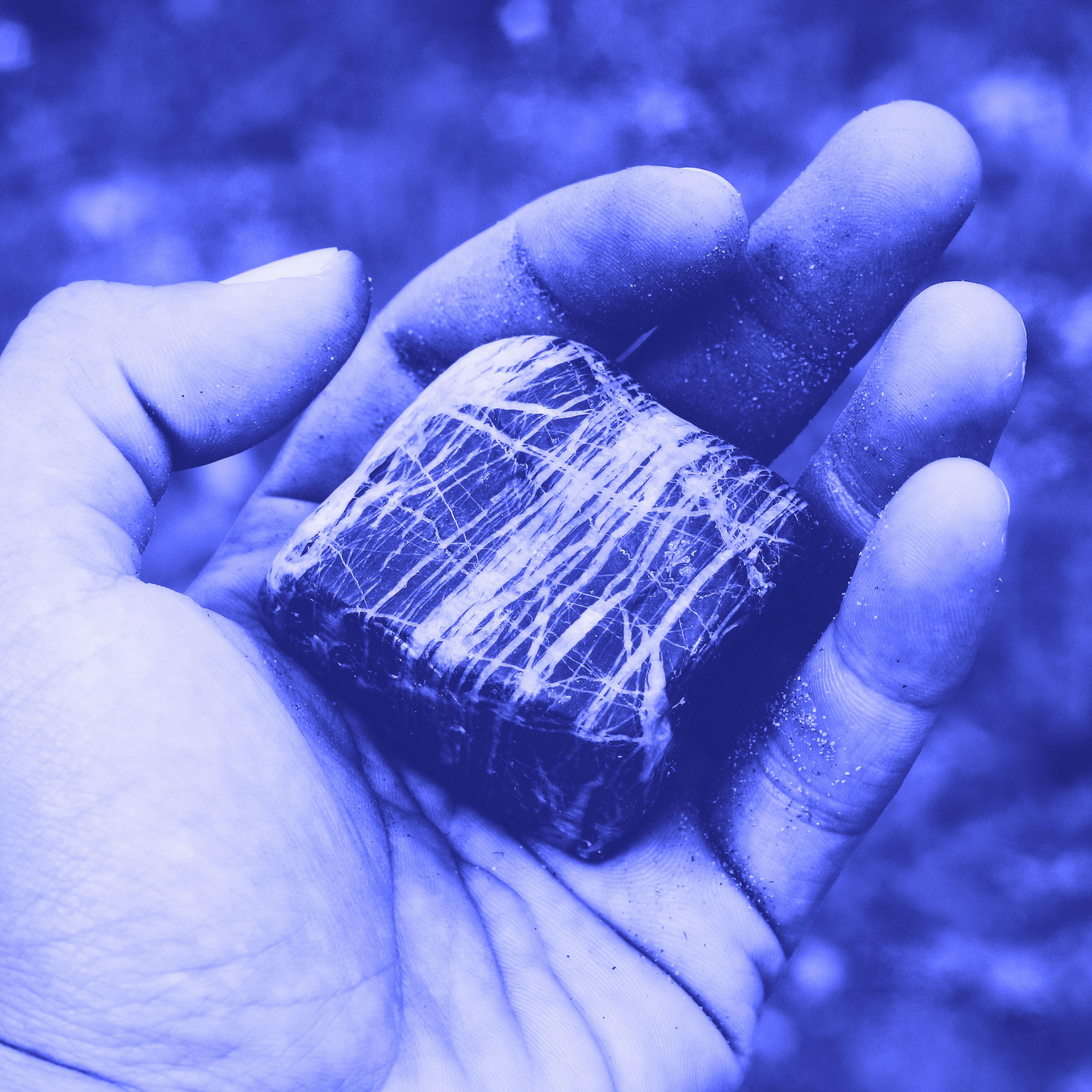une pierre dans une main la pierre philosophale